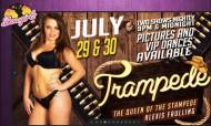 A sexy do ménage a três em público virou stripper