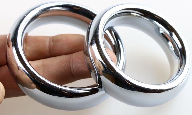 Estrangulou o pénis com quatro anéis de aço