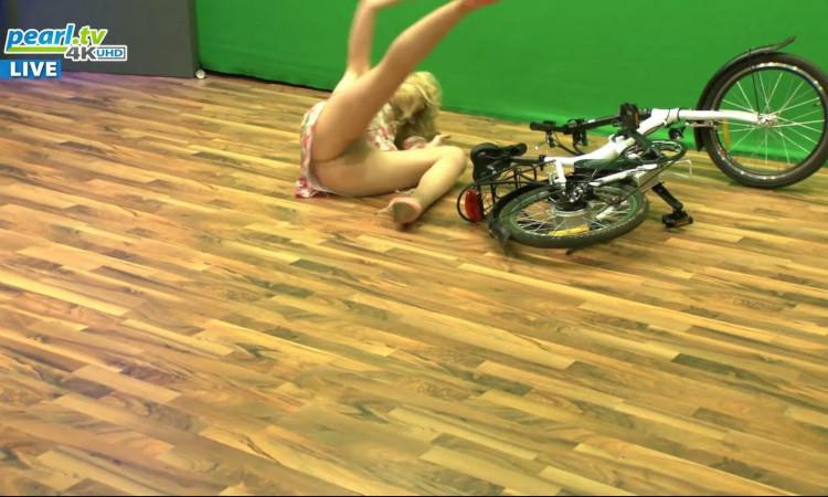 Vale tudo para vender uma bicicleta! Até tirar as cuecas na TV...