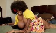 Kristy Love esfrega e sufoca clientes com as suas mamas gigantescas