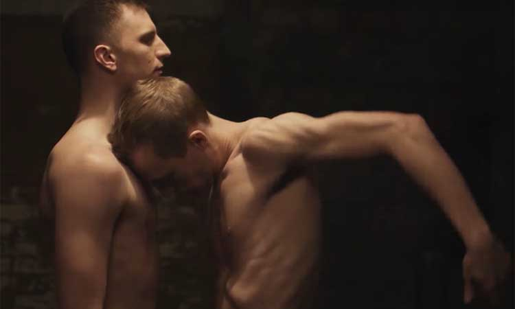 A sensual dança da paixão entre dois homens