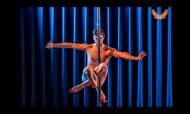 O pole dancer de saltos altos