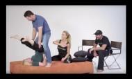Estrelas porno ensinam posições de sexo arrojadas às mamãs