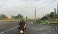 Casal faz sexo em moto em andamento na auto-estrada