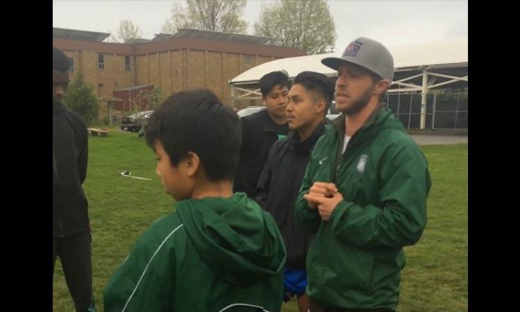 Vídeo emotivo mostra treinador a contar aos jogadores que é transgénero
